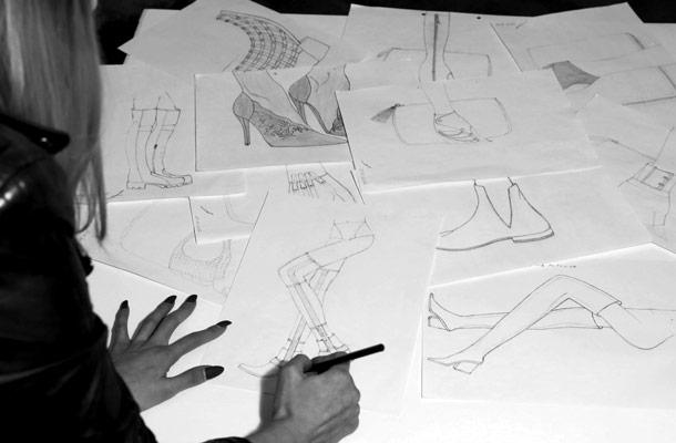 Pantofi made to measure, schite desenate pe masa.