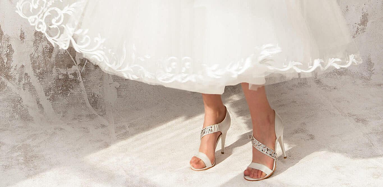 poza pantofi mireasa albi cu bretea, rochie mireasa alba